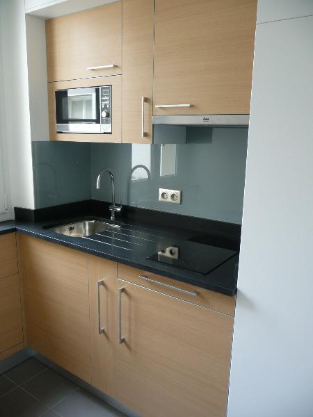 Dans un petit espace tout l 39 quipement n cessaire dans votre cuisine images frompo for Petit espace cuisine