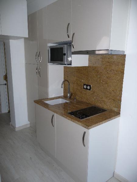 mini cuisine dans un couloir cuisiniste paris ile de france. Black Bedroom Furniture Sets. Home Design Ideas