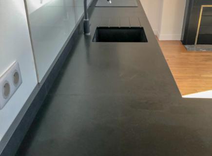 Plan de travail sur mesure en granit noir avec retour