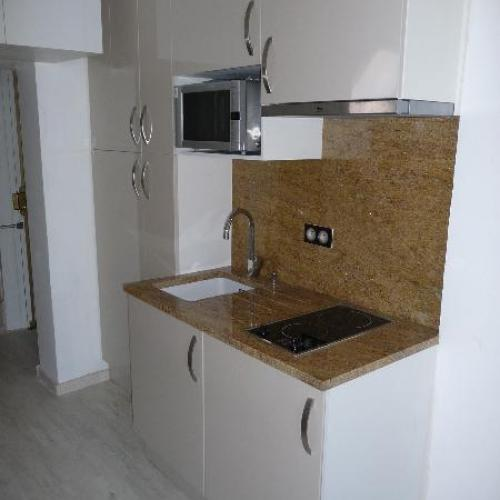 Mini cuisine dans un couloir